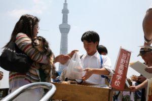 祭典会場で「イノシカバーガー」を無料配布する皆野高校生